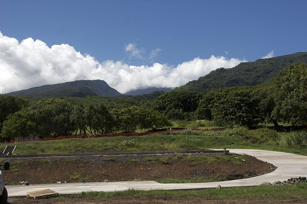 1024px-Haleakala_National_Park_at_Kipahulu_looking_up_at_Haleakala